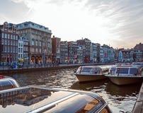 Uitstekende Huizen op Kanalen, Amsterdam stock afbeelding