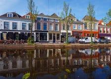 Uitstekende Huizen op Kanalensysteem, Delft, Nederland stock foto's