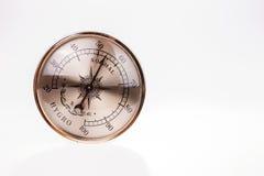 Uitstekende hygrometer die op witte achtergrond wordt geïsoleerd Stock Foto