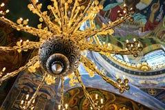 Uitstekende ijzerkroonluchter met het bloemen verdraaide close-up van de ornament gouden kleur Stock Afbeelding