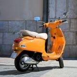 Uitstekende, Italiaanse autoped Vespa Royalty-vrije Stock Foto's