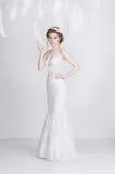 Uitstekende jonge en dromerige bruid in een lange luxueuze kleding van het kanthuwelijk Royalty-vrije Stock Fotografie