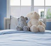 Uitstekende jonge geitjesruimte met poppen en hoofdkussens op bed stock fotografie