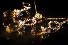 Uitstekende juwelen die met halfedelstenen XXL worden geplaatst Stock Fotografie