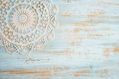Uitstekende Kantstof op het oude hout Royalty-vrije Stock Fotografie