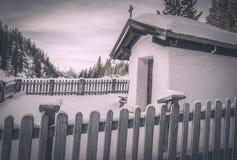 Uitstekende kapel in de wintermontages Stock Foto's