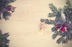 Uitstekende Kerstmisachtergrond, decoratie op een houten raad Stock Fotografie