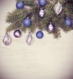 Uitstekende Kerstmisachtergrond, decoratie op een witte houten raad Royalty-vrije Stock Foto