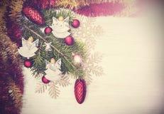 Uitstekende Kerstmisachtergrond met engelen, decoratie op houten Royalty-vrije Stock Foto's