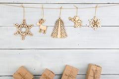 Uitstekende Kerstmisdecoratie op houten lijst - giftvakjes, snowf Royalty-vrije Stock Afbeelding