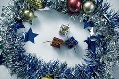Uitstekende Kerstmisgiften gestemde foto Blauwe, rode, en zilveren verpakte Kerstmis stelt in kroon voor Royalty-vrije Stock Afbeeldingen