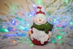 Uitstekende Kerstmisstuk speelgoed glimlachende sneeuwman op mooie gekleurde bac Royalty-vrije Stock Afbeeldingen