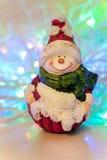 Uitstekende Kerstmisstuk speelgoed glimlachende sneeuwman op wi gekleurde als achtergrond Royalty-vrije Stock Afbeelding