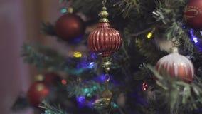 Uitstekende Kerstmisstuk speelgoed slingerende Kerstmis en Nieuwjaardecoratie Samenvatting Vage Bokeh-Vakantieachtergrond blinkin stock video
