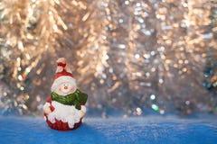 Uitstekende Kerstmisstuk speelgoed sneeuwman op een achtergrond van gouden bokeh Stock Afbeelding