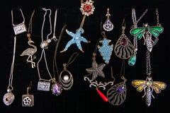 Uitstekende kettingen met diverse juwelentegenhangers en in de vorm van stock afbeelding