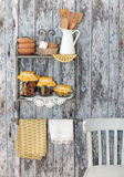 Uitstekende keukengerei en kruiden (kaneel, kruidnagels, kurkuma) binnen Royalty-vrije Stock Afbeeldingen