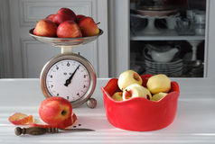 Uitstekende Keukenschaal die Appelen wegen stock fotografie