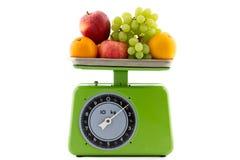 Uitstekende keukenschaal met fruit Stock Afbeeldingen