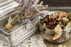 Uitstekende Kist met decoratief droog lavendel en welriekend mengsel van gedroogde bloemen en kruiden Stock Foto