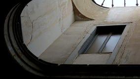 Uitstekende kleine smalle vensters en deuren van oud dilapidated huis, opeenvolging stock footage