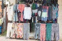 Uitstekende kleren voor verkoop binnen een winkel stock afbeeldingen