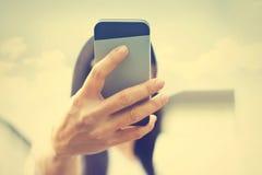 Uitstekende kleurentoon, de genomen beelden van Selfie vrouw van haar zelf in de zonneschijn royalty-vrije stock foto's