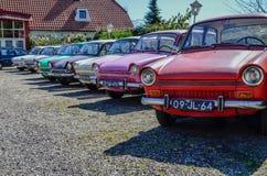 Uitstekende kleurrijke auto's op vertoning Royalty-vrije Stock Afbeeldingen