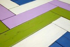 Uitstekende Kleurrijke Houten Oppervlakte met Zig Zag -Patroonachtergrond T Stock Foto