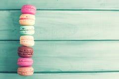 Uitstekende Kleurrijke makarons stock afbeeldingen