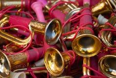 Uitstekende kleurrijke stuk speelgoed trompetten bij vlooienmarkt. Stock Foto's