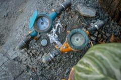 Uitstekende Kleurrijke Watermeters op Vuile Concrete Steentextuur i royalty-vrije stock foto