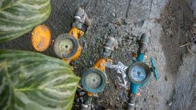 Uitstekende Kleurrijke Watermeters op Vuile Concrete Steentextuur i royalty-vrije stock afbeeldingen