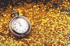 Uitstekende klok op confettienachtergrond royalty-vrije stock foto