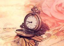 Uitstekende klok op een dromerige achtergrond Royalty-vrije Stock Afbeelding