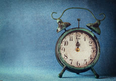 Uitstekende klok over blauwe ijs bokeh achtergrond Het concept van het nieuwjaar Selectieve nadruk stock fotografie