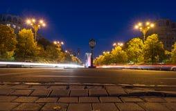Uitstekende klok, waterfonteinen en hoog verkeer bij nacht dichtbij Co Royalty-vrije Stock Foto's