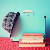 Uitstekende Koffer en boeken royalty-vrije stock afbeelding