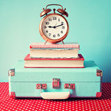 Uitstekende Koffer en klok royalty-vrije stock afbeelding