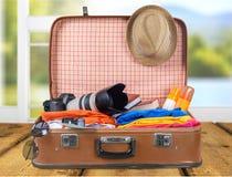 Uitstekende koffer met reizend materiaalclose-up royalty-vrije stock afbeeldingen