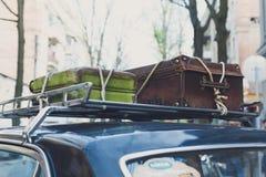 Uitstekende koffer op een oud rek van het autodak stock foto