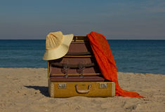 Uitstekende koffer op strand Royalty-vrije Stock Foto's