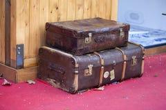 Uitstekende koffers op een vlo marke stock foto