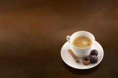 Uitstekende koffiekop en chocolade Stock Foto's