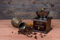 Uitstekende koffiemolen, de pot van de het koperkoffie van Turk en koffiebonen op bruine houten achtergrond stock fotografie
