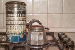 Uitstekende koffiezetapparaatespresso en doos Royalty-vrije Stock Afbeeldingen