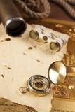 Uitstekende kompas en verrekijkers op brief stock afbeeldingen