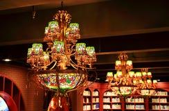 uitstekende kroonluchter, decoratieve plafond lichte inrichting, retro tegenhangerlamp stock foto's