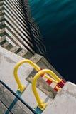 Uitstekende ladder op een houten pijler Royalty-vrije Stock Fotografie