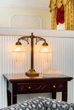 Uitstekende lamp op de houten lijst Stock Foto